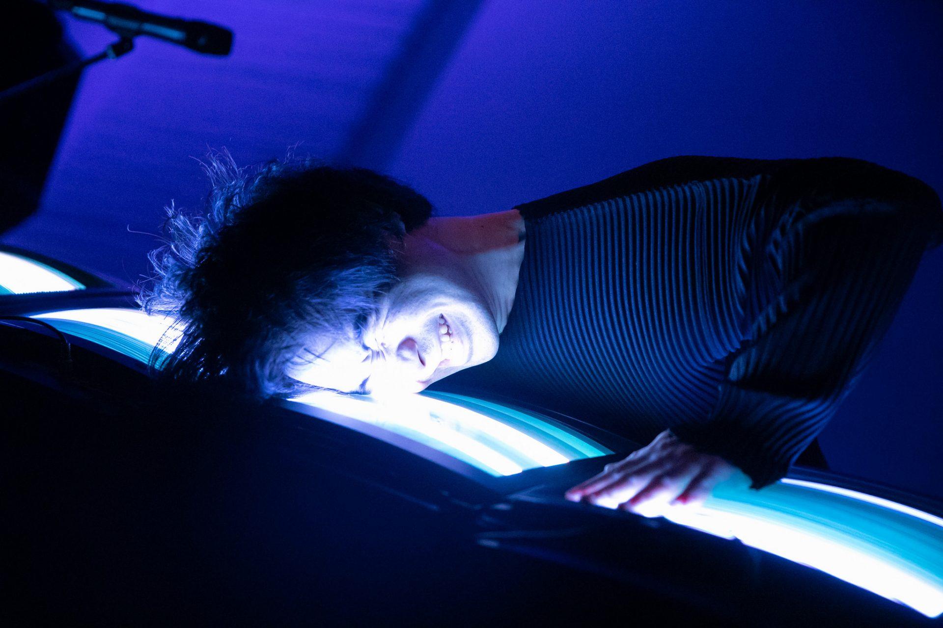 ブラウン管テレビの楽器に顔を近づけて演奏する和田永